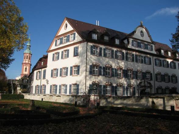 Offenburg: Vinzentiushaus Dreigeschossiges barockes Haus, dessen Traufseite zur Kornstraße und Giebelseite zur Kittelgasse zeigt.